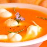 Холодный томатный суп с песто и моцареллой