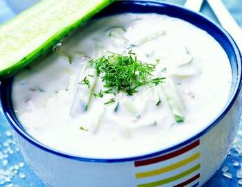 Холодный суп из огурцов с копченой салакой