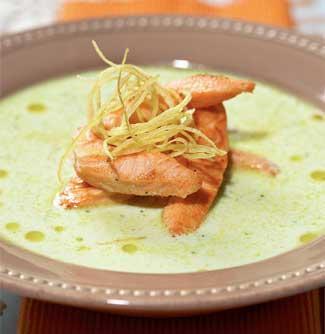 Суп из йогурта и огурцов с жареным лососем